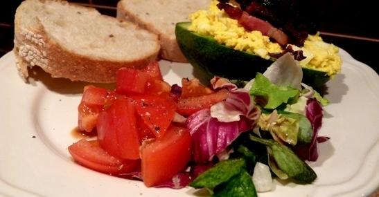 mic-dejun-cu-avocado-salata-de-ou-si-bacon1