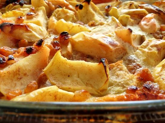 caserola cu mere, stafide si french toast