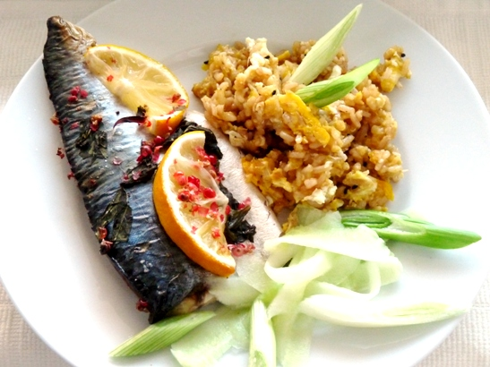 macrou, fried rice, castraveti si ceapa verde