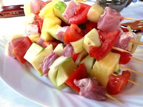 frigarui de porc cu ananas, dovlecel si rosii