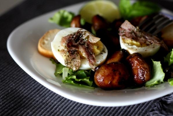 salata cu ciupercu, ou si ansoa
