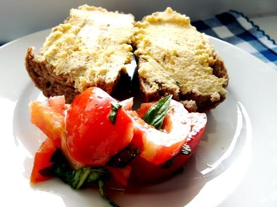 bagheta neagra cu seminte, crema de ou, rosii cu busuioc