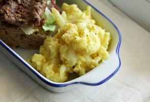 conopida cu iaurt si curry, sandvis cu gratar de vita si salata