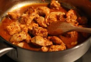 curcan, paprika, usturoi, chilli, ulei de masline, ierburi aromate
