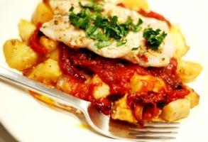 cod, sos tomat, cartofi la cuptor