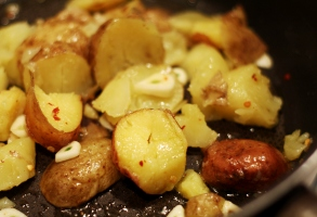 cartofi copti, apoi trasi la tigaie cu chilli si usturoi