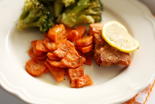somon la cuptor cu morcovi sote si broccoli