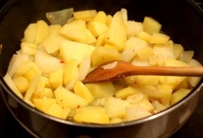 cartofi, usturoi, chilli, ulei de masline