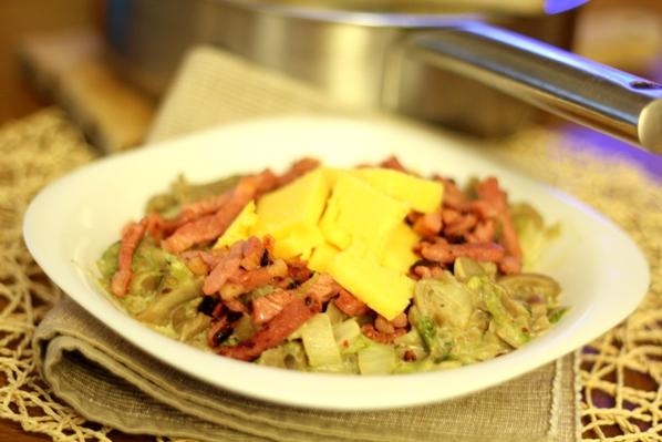tocanita cu ciuperci, bacon, praz si mamaliga
