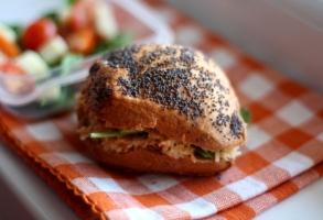 sandwich-cu-pui-si-cruditati