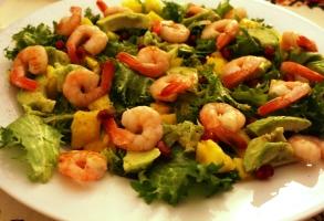 salata cu creveti, avocado, mango si rodie