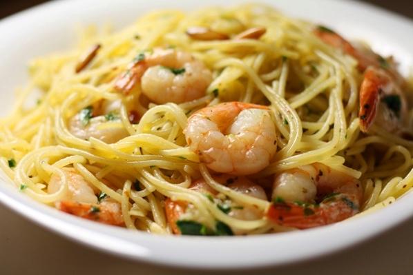 speghetti aglio olio cu creveti si muguri de pin