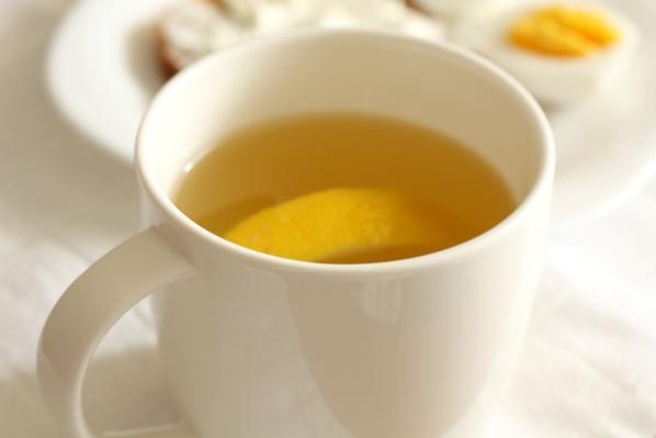 ceai de tei cu miere si lamaie, paine prajita cu unt si cu branza, ou fiert