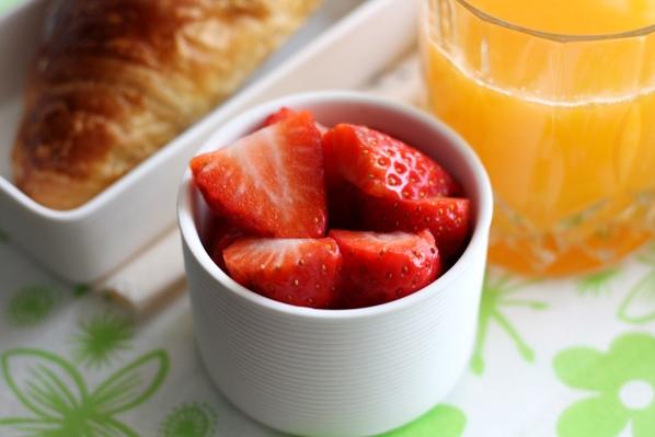 capsune, croissant si suc de portocale