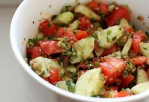salata de rosii si castraveti cu salsa verde