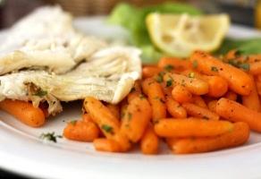 dorada in crusta de sare cu morcovi sote