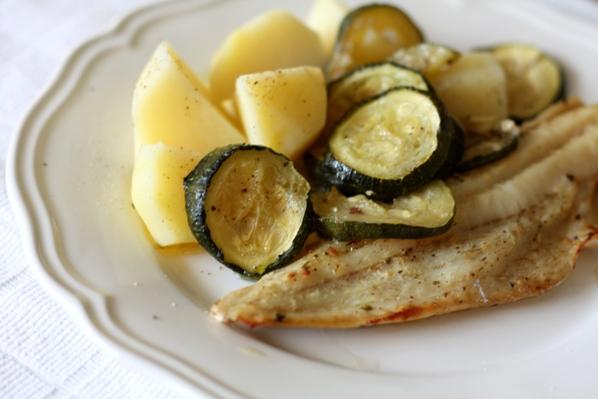 cod la cuptor, cu garnitura de cartofi cu unt si zucchini