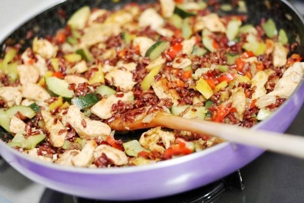 orez brun cu curcan si legume