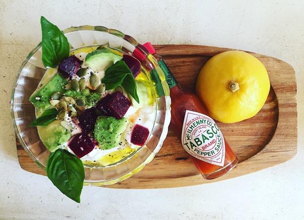 iaurt grecesc cu avocado si sfecla